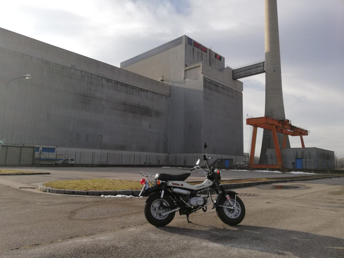 Suzuki RV 75 vor dem sichersten Kernkraftwerk der Welt.